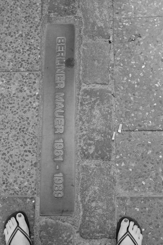 Straddling the former Berlin Mauer (Waller).
